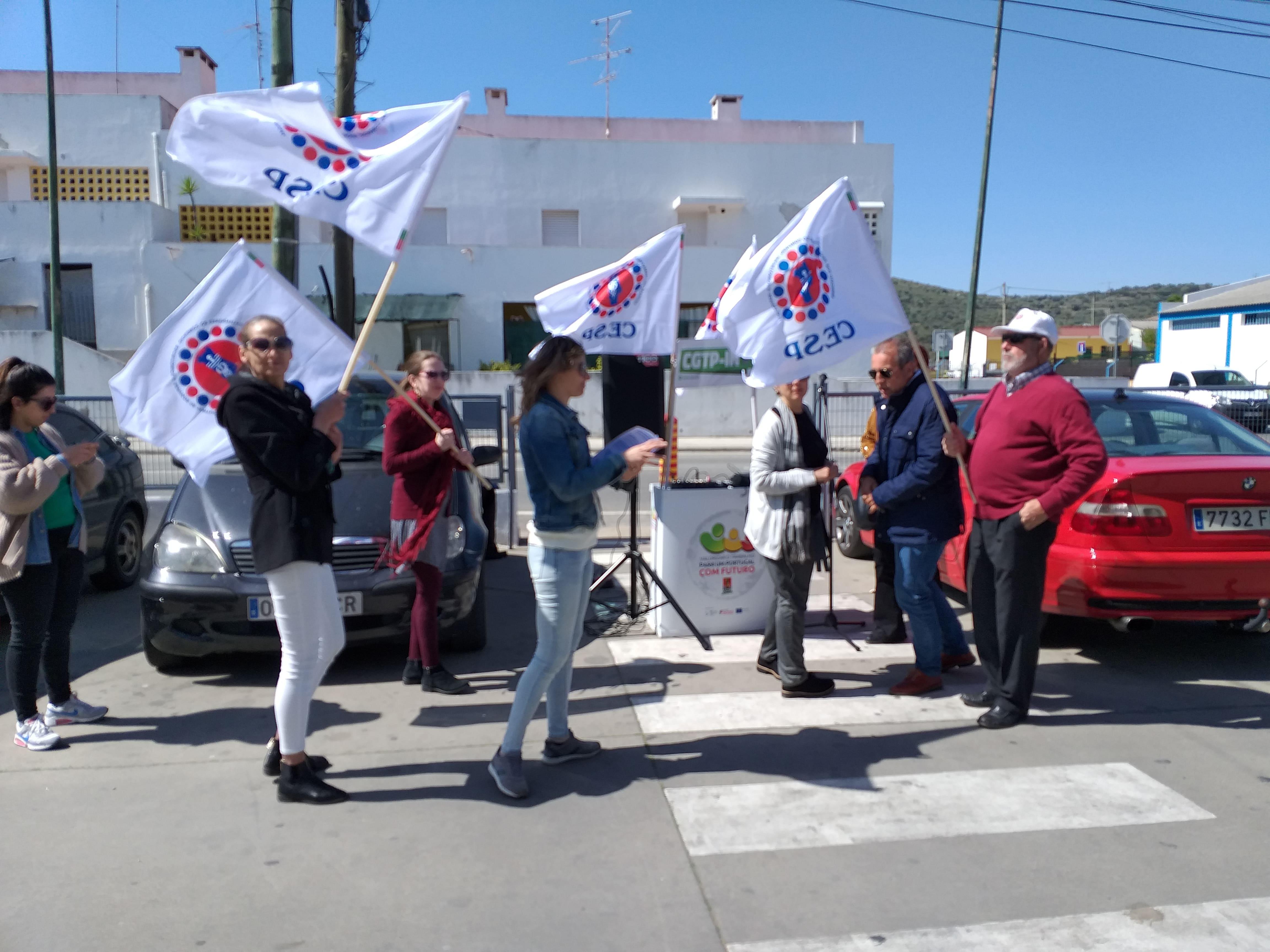 Tribuna e concentracao de dirigentes frente a Marktel